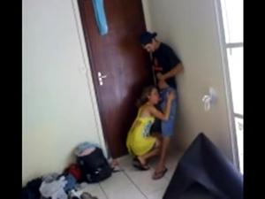 Novinha observou que estavam filmando a bunda dela 7