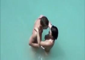 Casal Na Praia De Nudismo
