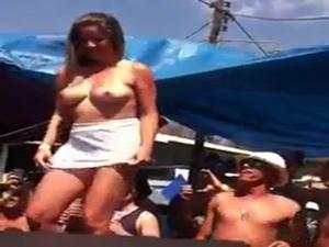 Flagrou Stripper Bêbada Tirando a Roupa Em Público