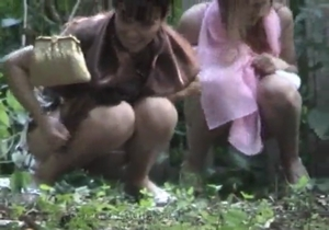 Flagras de mulheres mijando no vaso nice!