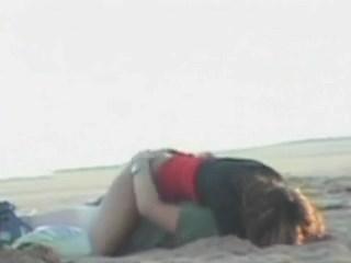 Casal flagrados na praia fazendo sexo após balada