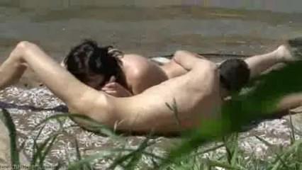 Fazendo um vídeo de 69 e esposa chupando na praia esse pau bem duro do safado