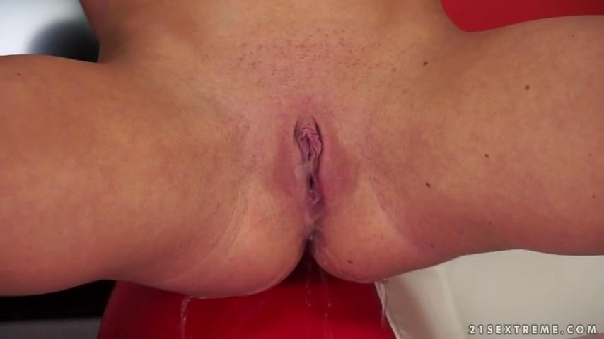 Loira mijando após ter orgasmo