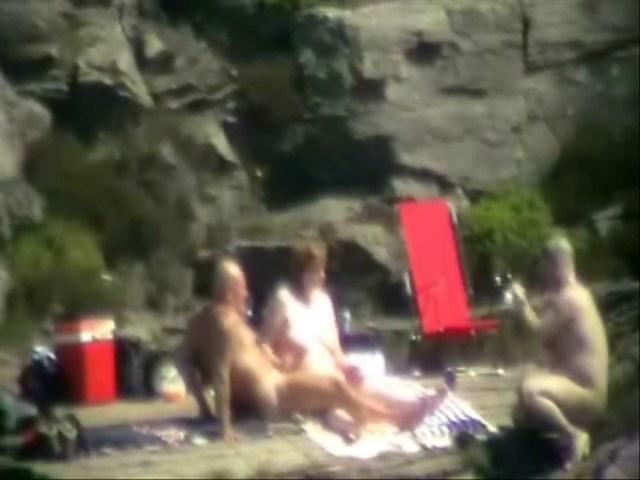 Punhetando enquanto esposa faz sexo com estranho na praia