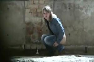Flagra Em Casa Abandonada Com Vadias Urinando