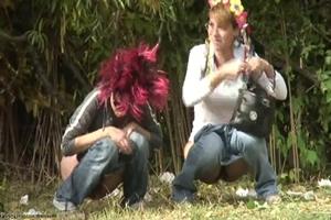Mulheres Mijando Em Parque Público Do RJ