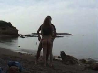 Vídeo de casal amador dando uma foda boa na praia que não é de nudismo
