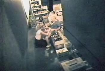 Câmera de segurança flagra lésbicas amadoras transando na empresa