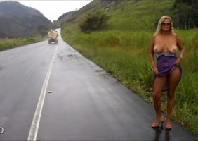 Coroa bem gostosa tira tudo e fica pelada na estrada - http://www.flagras.blog.br