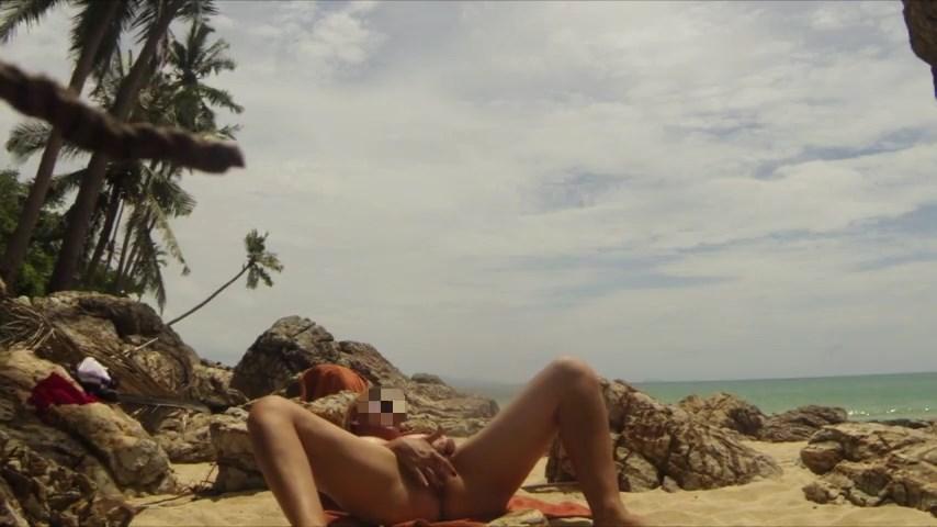 Minha esposa se masturbando na praia