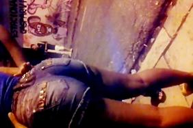 Favelada Rabuda é Filmada Enquanto Aguarda Na Fila Do Baile Funk