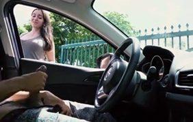 Gostosinha Flagra Amigo Tocando Punheta Dentro Do Carro e Não Consegue Tirar o Olho