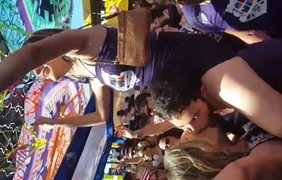 Folião Beija Outra Mulher