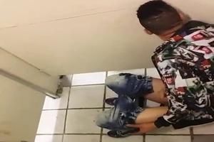 Taradão Batendo Punheta Em Banheiro Público é Flagrado Por Segurança