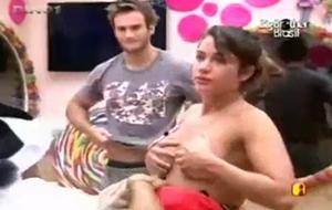 Big Brother Brasil 11 Maria Melilo Pagando Peitinho Durante Transmissão Do Programa