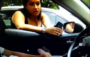 Gostosa Flagra Vizinho Se Masturbando Dentro Do Carro e Mostra Que Adora a Brincadeira