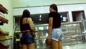 Gostosas Bundudas São Flagradas No Supermercado Onde Usam Shortinhos Socados No Rabo