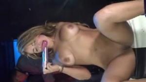 Acompanhante Gata Se Masturbando Na Boate De Stripper Lotada De Safados