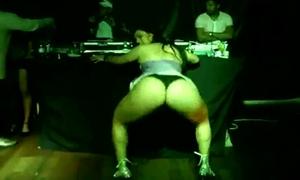 Andressa Soares é Flagrada Rebolando Sua Bunda Enorme Durante Show De Funk Na Favela
