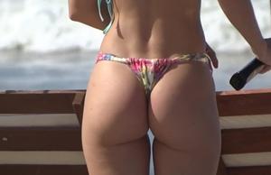Loirinha Gata Magrinha é Flagrada Se Bronzeando Na Praia De Turistas