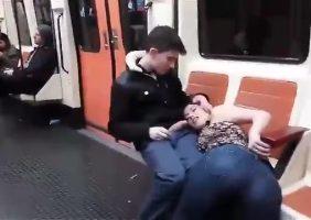 Casal Fodendo No Metrô é Flagrado Com a Novinha Chupando Pica Dura