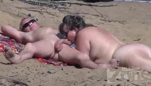 Flagra De Casal Fazendo Sexo Oral Na Praia De Nudismo Liberal