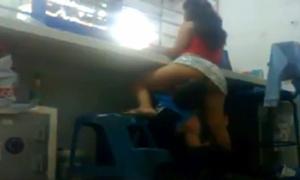 Puta Novinha Deixa Namorado Chupa-la Enquanto Ela Trabalha