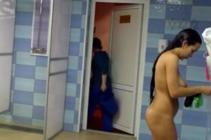 Flagra De Amadoras Peladas Durante Um Banho Coletivo No Banheiro Do Trabalho
