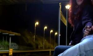 Flagra De Gostosa Punhetando Pica Dura No Ponto De Ônibus