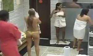 Flagra De Big Brother Brasil Com Participantes No Banho Gostoso