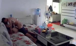 Marido instala câmera na sala e registra traição da esposa infiel