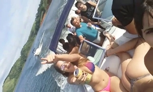 Putas brasileiras flagradas peladas na lancha a caminho da suruba