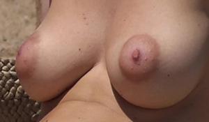 Topless gostoso da loirinha de peitos durinhos e empinados