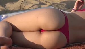 Flagras na praia – Gostosona de biquíni fio dental socado na bunda