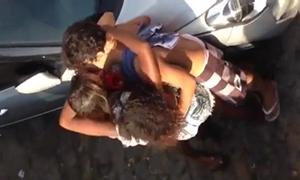 Gostosas beijando sortudo e trocando beijos entre si na putaria do carnaval