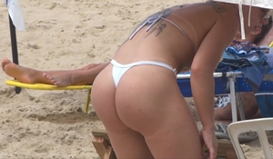 Loira gostosa de biquíni na praia é deliciosa indo e vindo