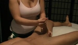 Massagista amadora gostosa dando um trato no cliente sortudo