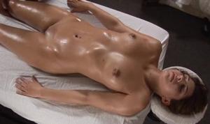 Mulher gostosa gozando durante sessão de massagem com safadão