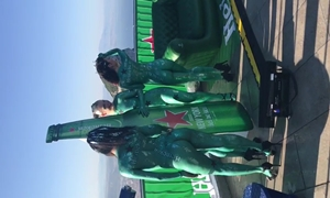 Mulheres de corpo pintado na divulgação da nova Heineken