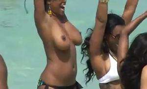 Negra peituda gostosa é flagrada fazendo topless na praia