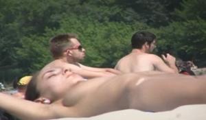 Topless novinha gata exibindo os seios durinhos na praia de Ibiza