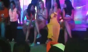 Amadoras dançando nuas durante baile funk do morro da favela