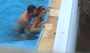 Flagra de sexo na piscina do condomínio com uma linda loira gostosa