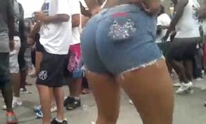 Gostosa no carnaval é flagrada rebolando seu bumbum enorme