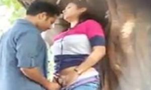 Flagras de sexo escondido – Comendo a namorada na praça do bairro