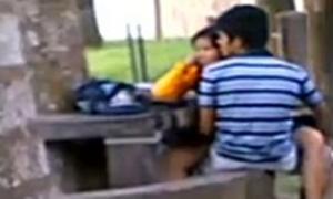 Flagras de sexo reais – Jovem casal transando no banco da praça
