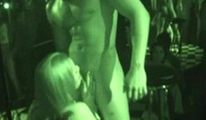 Flagras de sexo brasileiro casal transando na boate de swing
