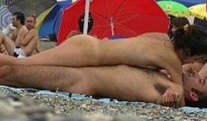 Flagras de sexo na praia casal trocando carícias em público