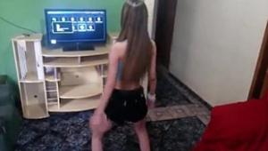 Flagras novinha dançando funk de shortinho curto