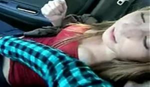 Flagras real masturbando a namorada no banco da frente do carro